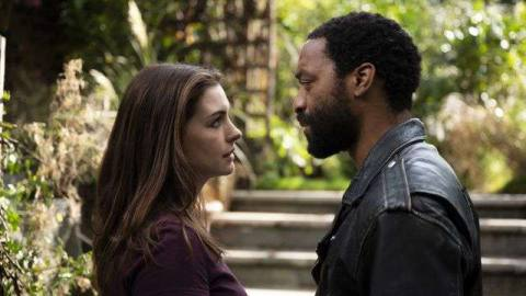 Anne Hathaway and Chiwetel Ejiofor face each other in Locked Down